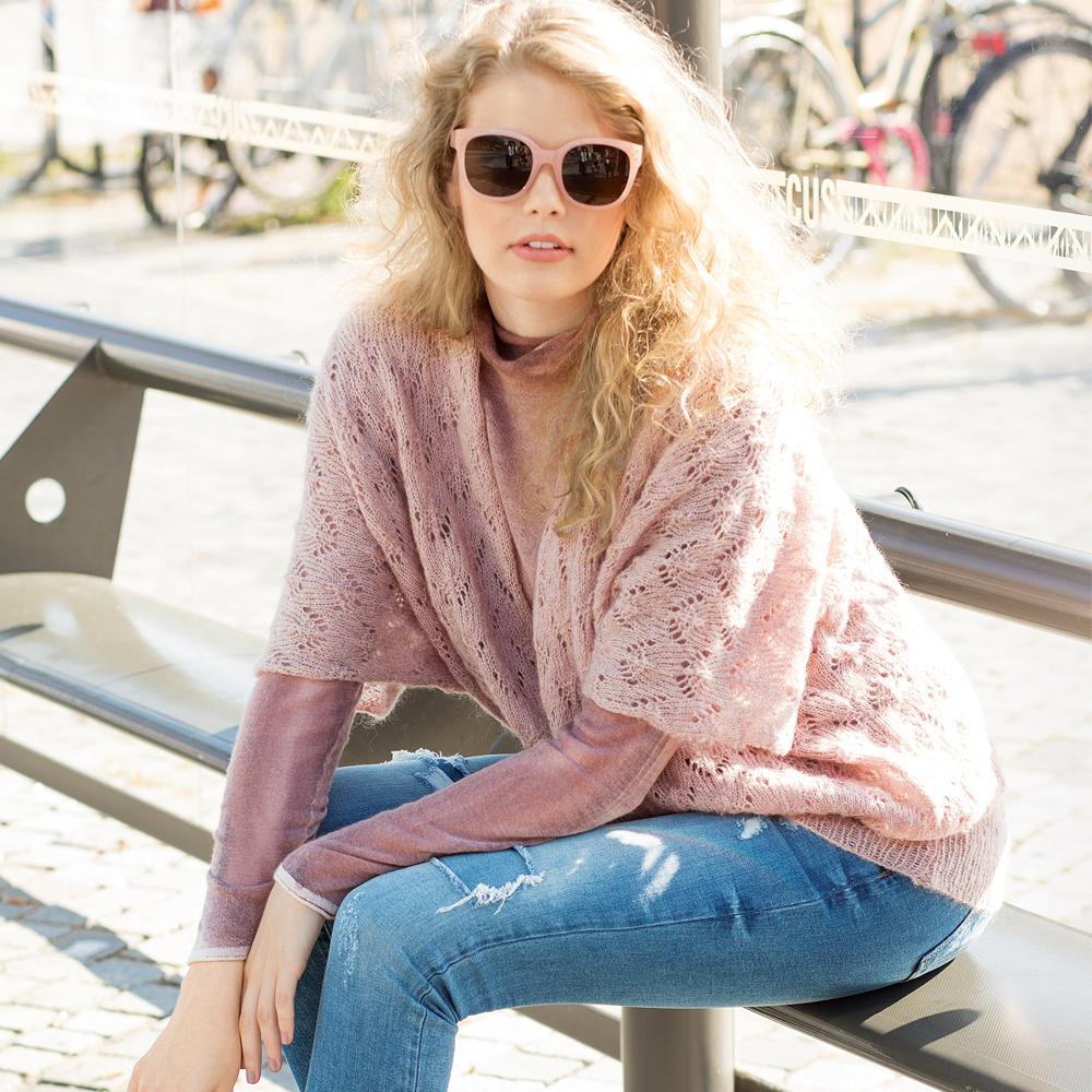 Свободный пуловер с ажурным узором спицами