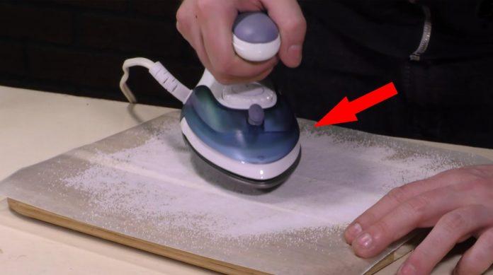 Разгладьте соль с помощью ут…