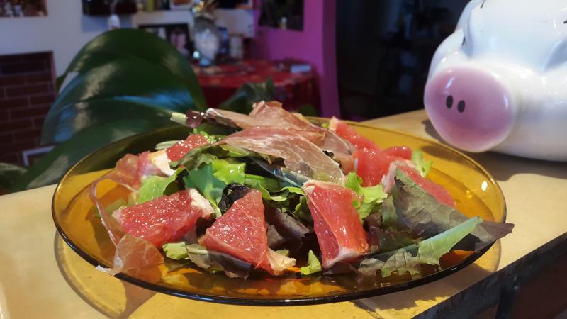 Самый вкусный круглогодичный салат . Листья салата и…все, что угодно!