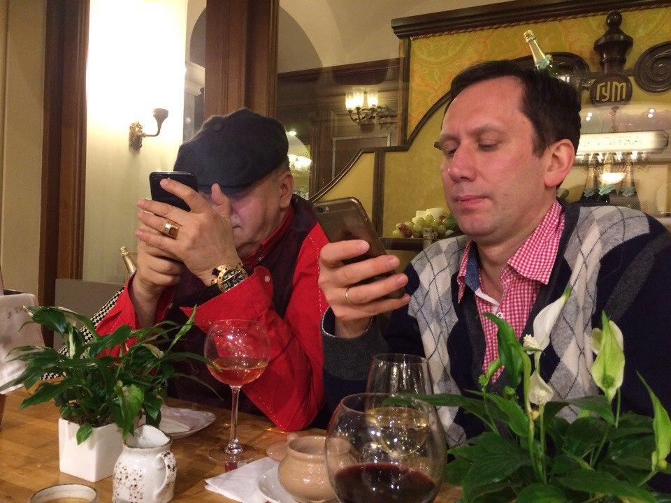 Сидят два мужика, у одного звонит телефон.