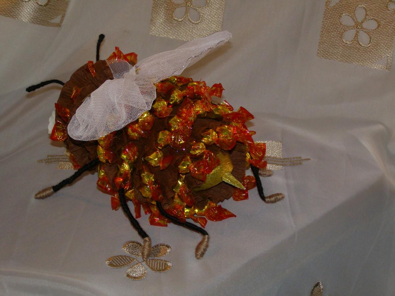Как сделать пчелку из конфет