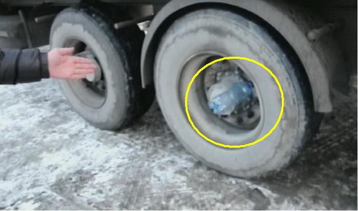 Зачем дальнобойщики вставляют пустые бутылки в колеса прицепа фуры