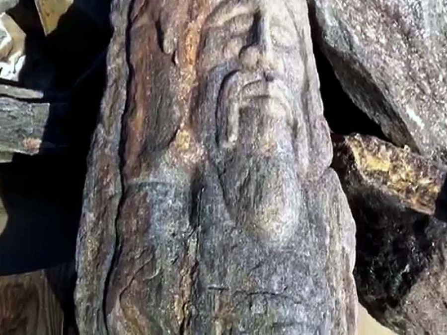 Славянские лики на камнях пляжа в Бруклине