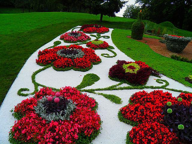 Красивая клумба для цветов