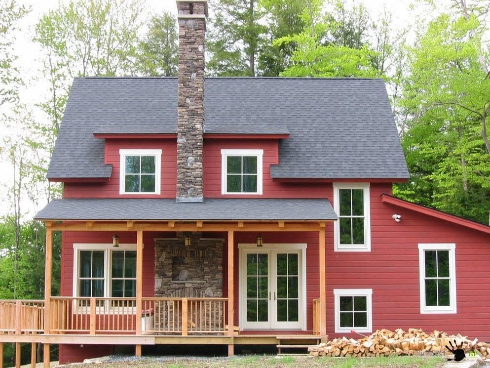Красный фасад, белые окна