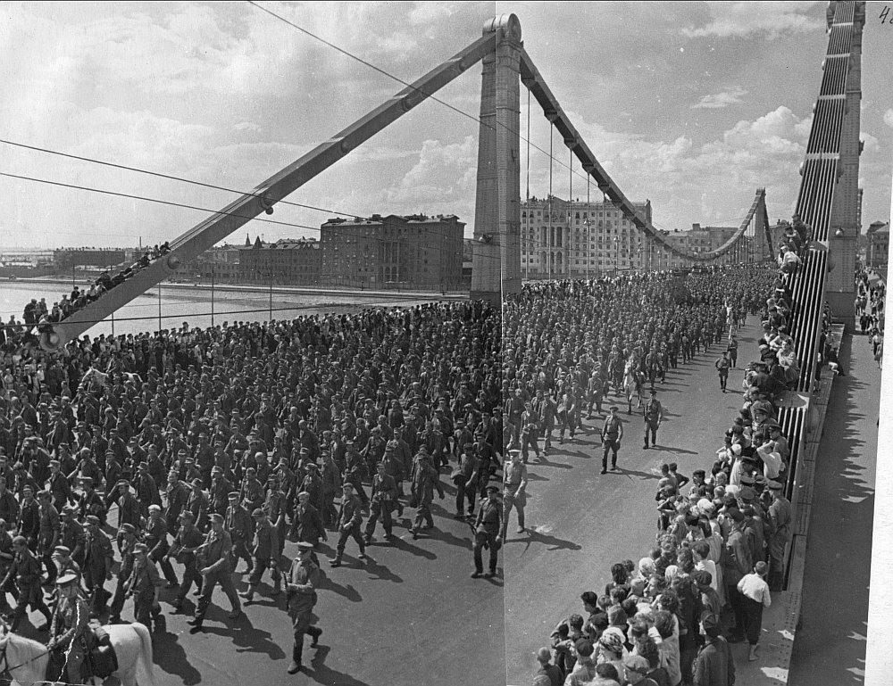 75 лет назад сбылась мечта гитлеровцев, они прошлись по Москве парадом. За ними даже асфальт помыли