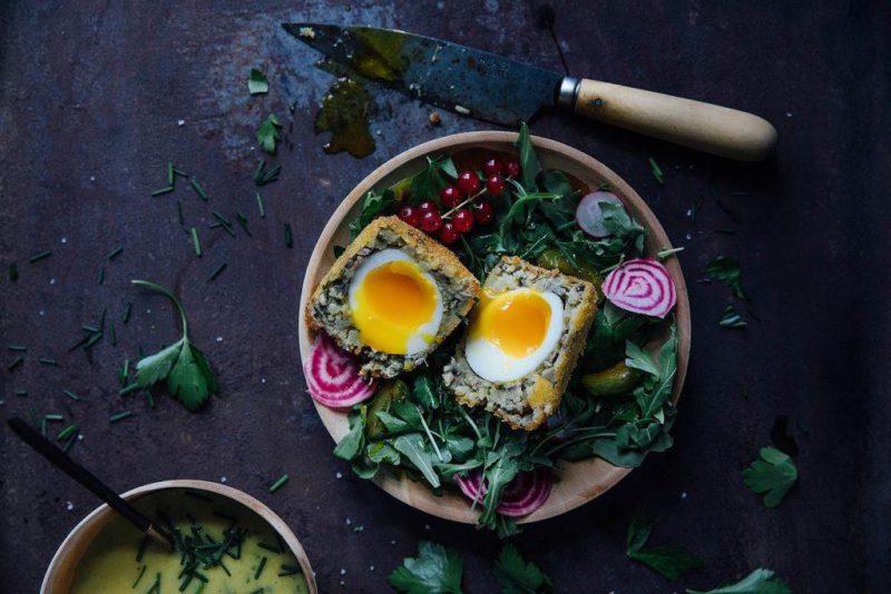 Яйца по-шотландски с медово-мятным соусом