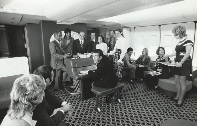 Как вели себя авиапассажиры в прошлом веке: фото о чертовски смелых полетах десятилетия назад