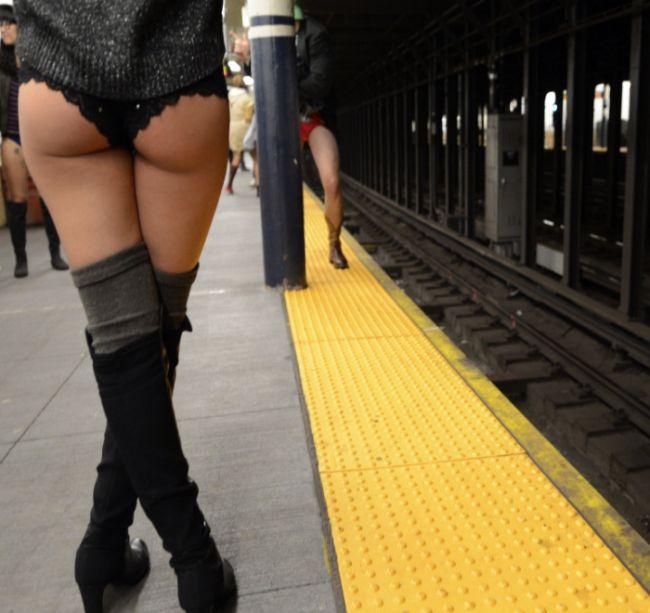 она девушки на улице без штанов фото чтобы перейти