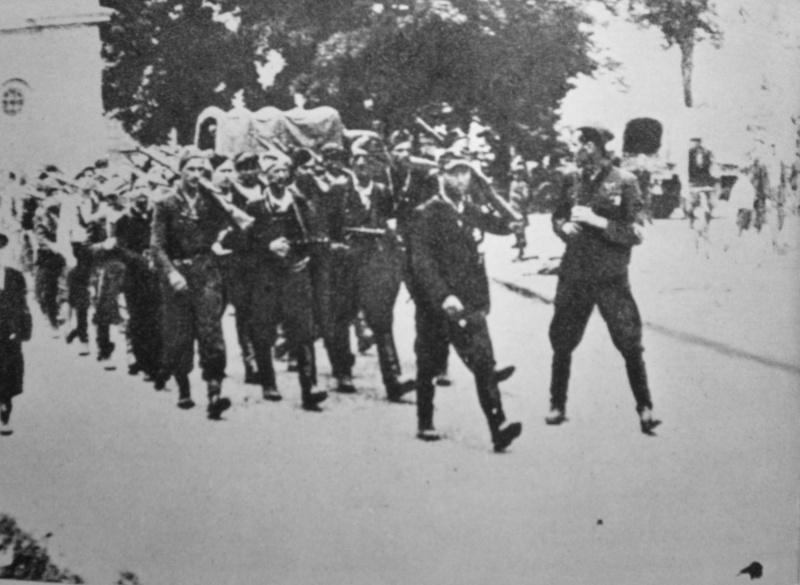 Части Армии Крайовой входят в город Замосць - фото Военный альбом 1939, 1940, 1941-1945