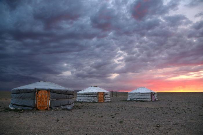Юрты жителей кочевых племен Монголии в пустыне Гоби.