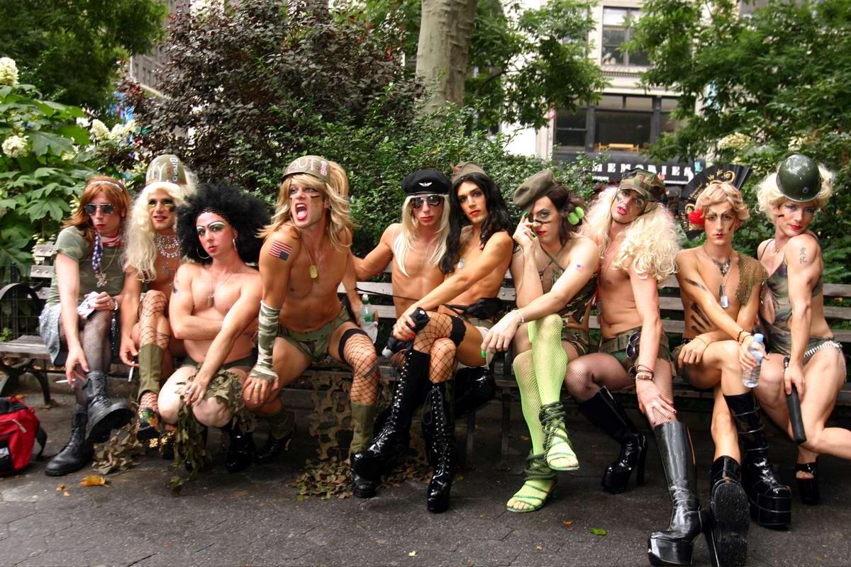 Хелло, Америка! . Гей-парад в Нью-Йорке в стиле милитари.