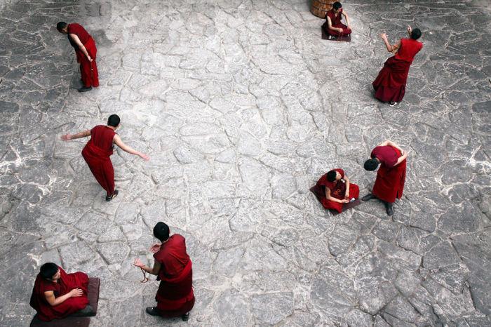 Каждодневные многочасовые учения тибетских монахов.