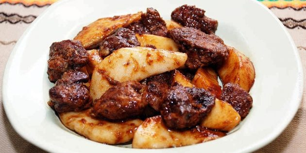 Салат с куриной печенью, грушей и соевым соусом