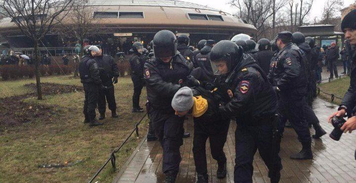 В несанкционированной акции «Надоел» «Открытой России» в Москве участвовали около 250 человек