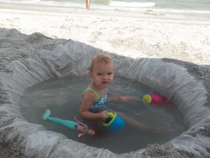 Детский бассейн на пляже или приусадебном участке.