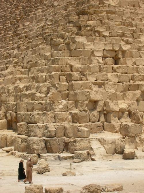Согласно исследованиям, эти каменные глыбы были взяты из рва, окружающего храм Сфинкса с трех сторон. Они были настолько велики, что содержали в себе сразу несколько слоев геологических пород.