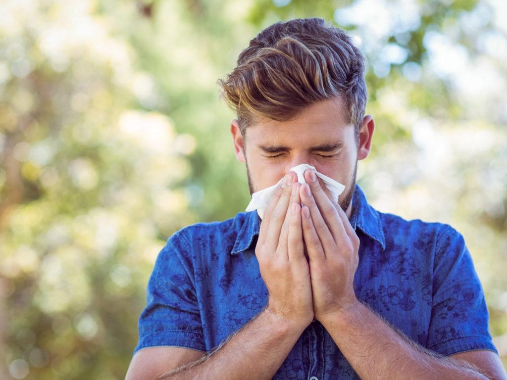 Что предвещает чихание без причины