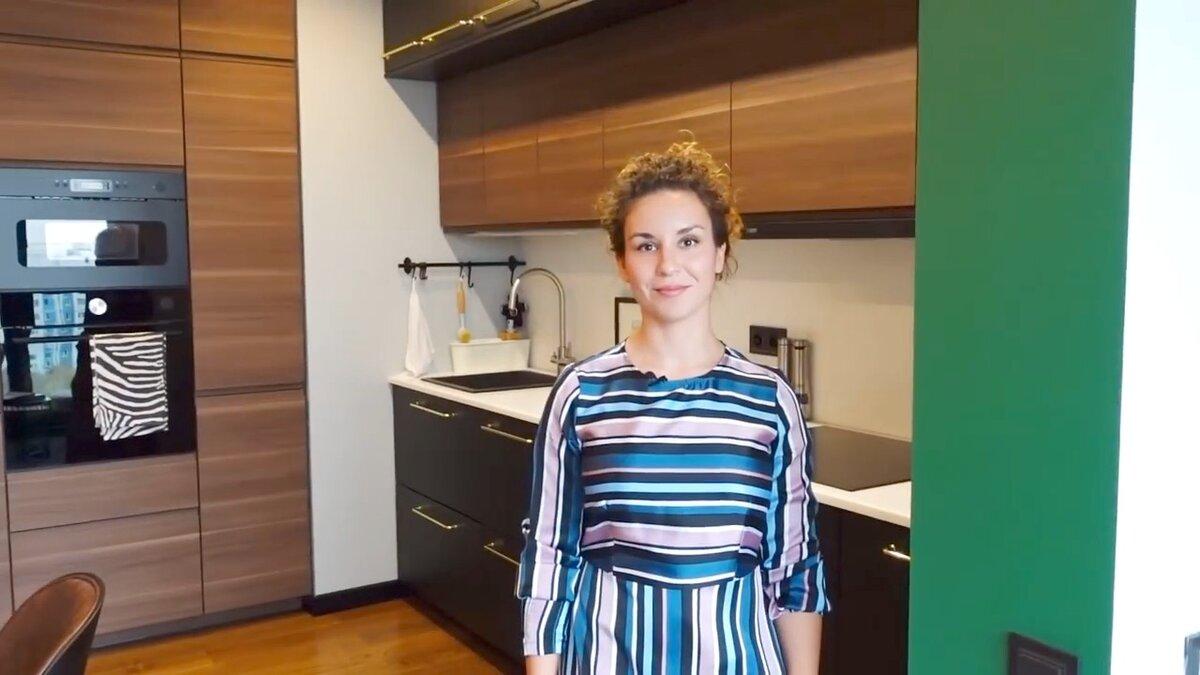 Хозяйка Ксения на своей кухне в однокомнатной квартире