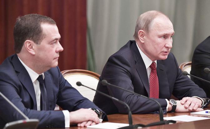 Медведев сдерживал амбиции Путина на «царство»