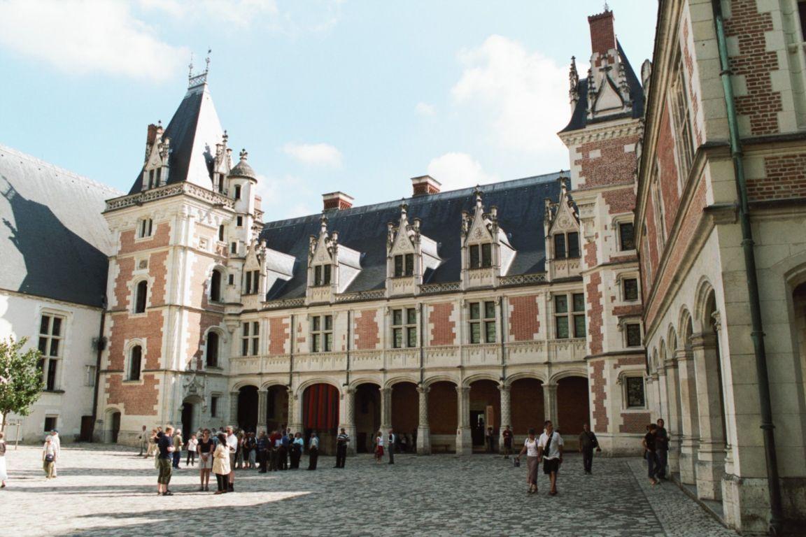 http://images.travelpod.com/tripwow/photos/ta-00a2-c38c-06eb/chateau-de-blois-blois-france+1152_12854871739-tpfil02aw-804.jpg
