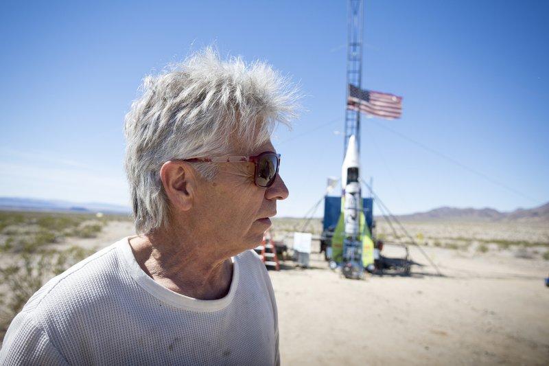 В США сторонник теории плоской Земли поднялся в воздух на самодельной ракете