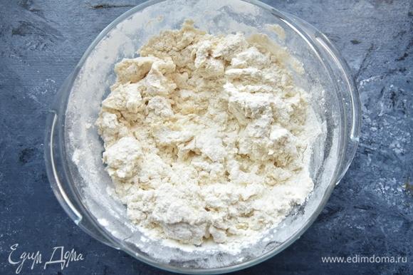 В кипятке растворить соль и сахар. Влить в муку и быстро размешать.