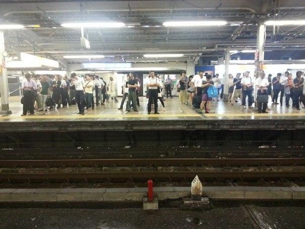 Ожидание поезда в метро, Япония
