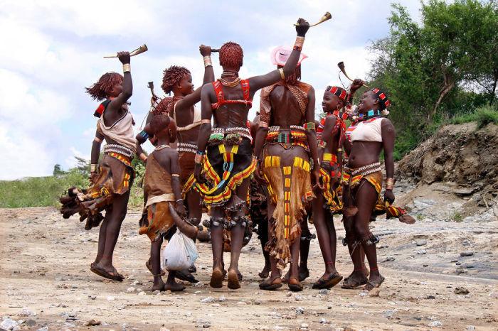 Ритуальный танец женщин из эфиопского племени.