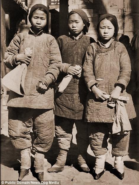 """Девочки с перебинтованными стопами - """"золотыми лотосами"""" Цин, китай, фотография, эпоха"""