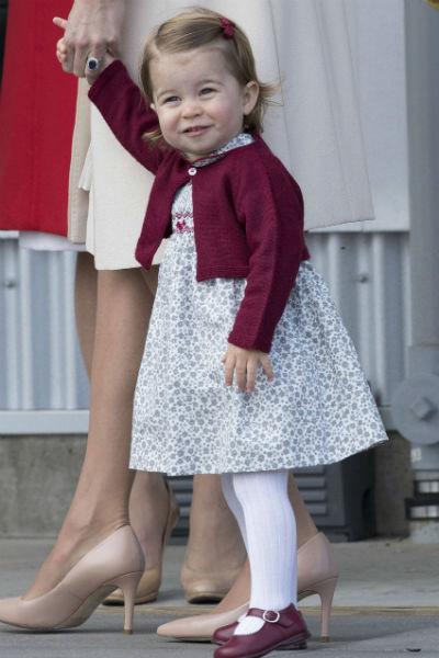 Девочка всегда много улыбается во время публичных мероприятий