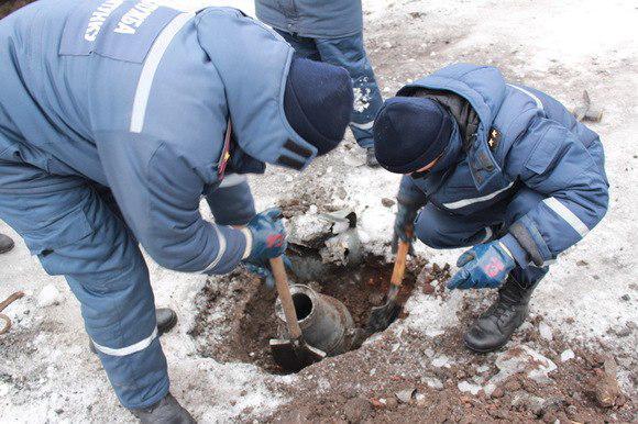 Пиротехническая группа МЧС ЛНР очищает улицы Луганска от взрывоопасных предметов.