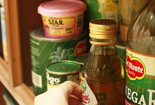 Оливковое масло в кухонном шкафчике