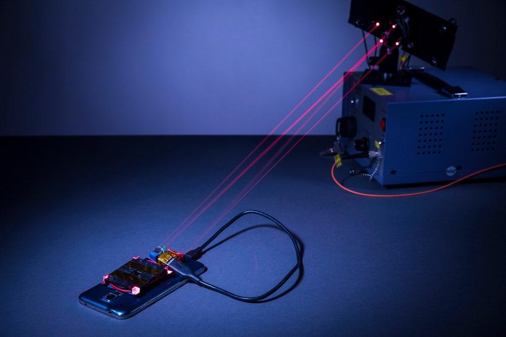 Ученые впервые зарядили смартфон с расстояния 4 метра