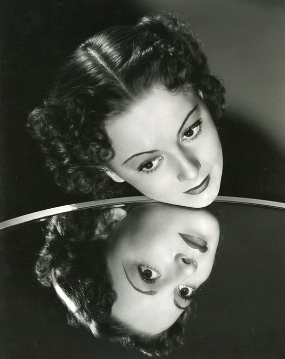 Оливия начала свою карьеру как актриса театра.