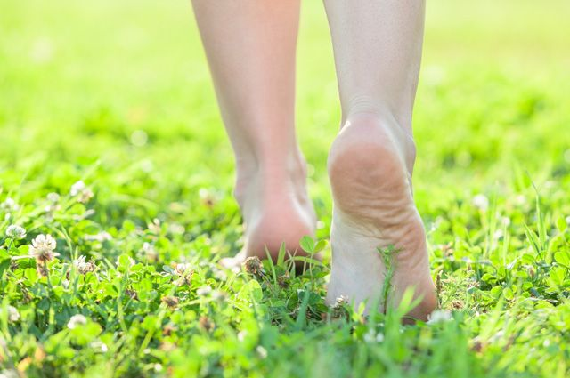 Почему не стоит гулять босиком по земле