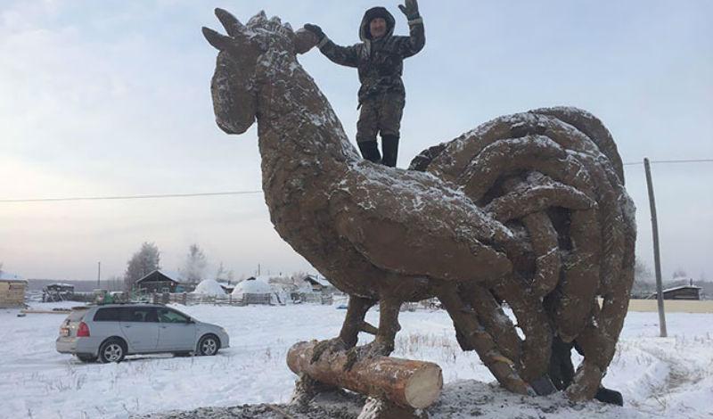 Когда искусство пахнет: якутский умелец лепит скульптуры из навоза