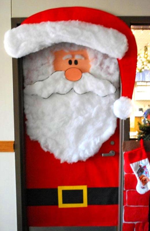 Вот как можно оригинально украсить дверь на Новый Год