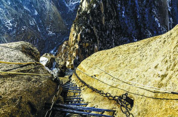 Туристы сняли на видео самый опасный спуск с горы в Китае