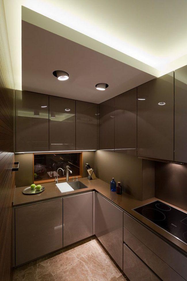 Маленькая современная кухня с глянцевыми фасадами