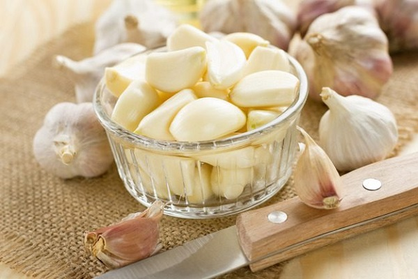 Знаете ли вы, почему рекомендуется есть сырой чеснок на пустой желудок?