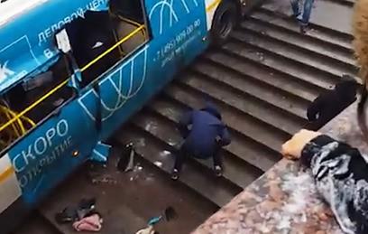 """Видео наезда автобуса на людей у метро """"Славянский бульвар"""" в Москве"""