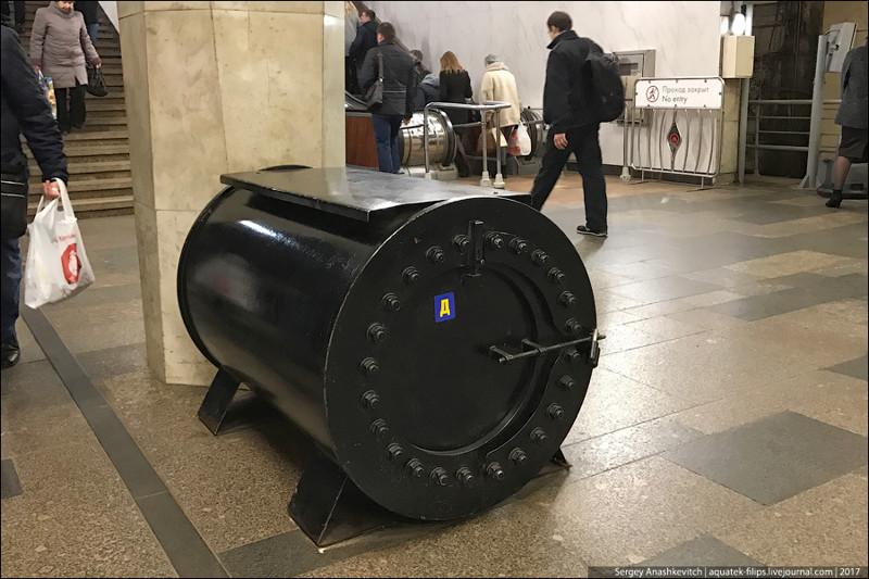 А вы знаете, что это за черные бочки стоят в метро?