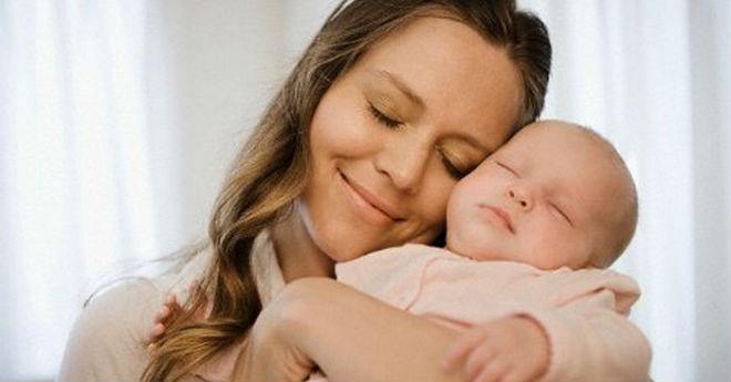 Бедная женщина с младенцем на руках