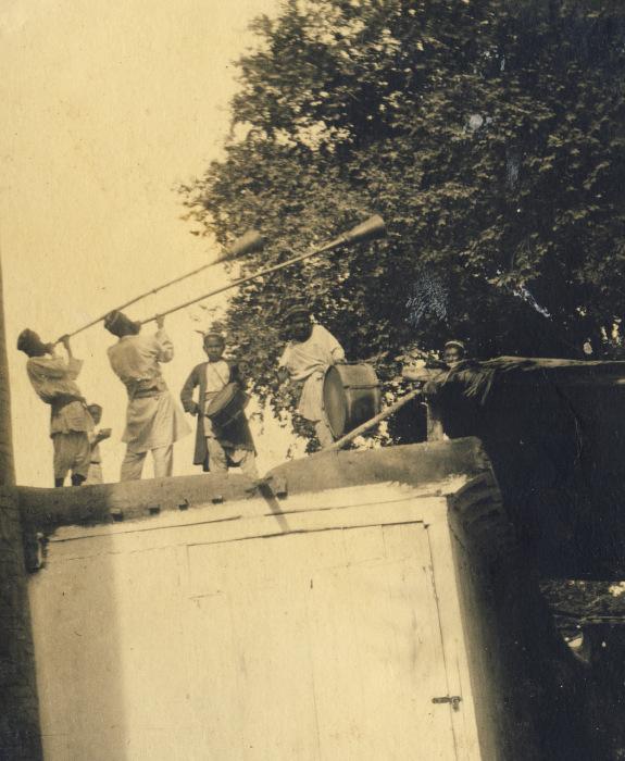 Местные музыканты, играющие на крыше гаража.