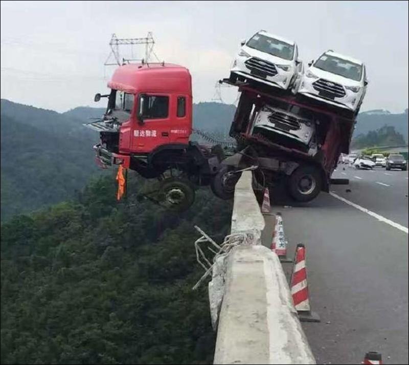 В Китае автовоз завис над пропастью