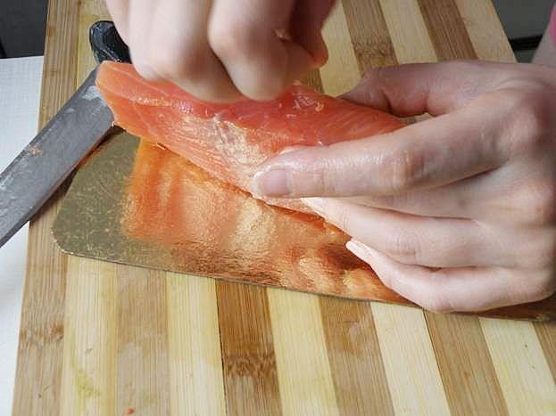 разделываем филе рыбы, удаляем косточки
