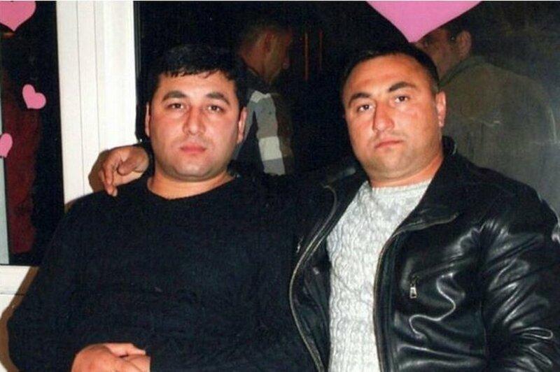 Двое азербайджанцев, рискуя жизнью, спасли семью из горящего авто