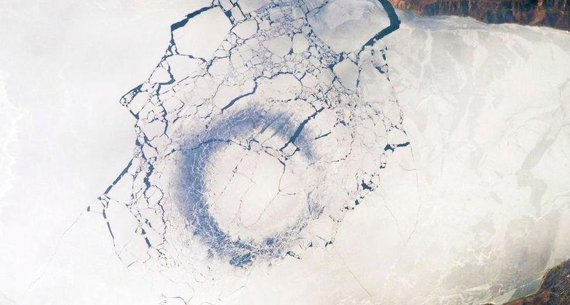 Загадочные круги на льду озе…