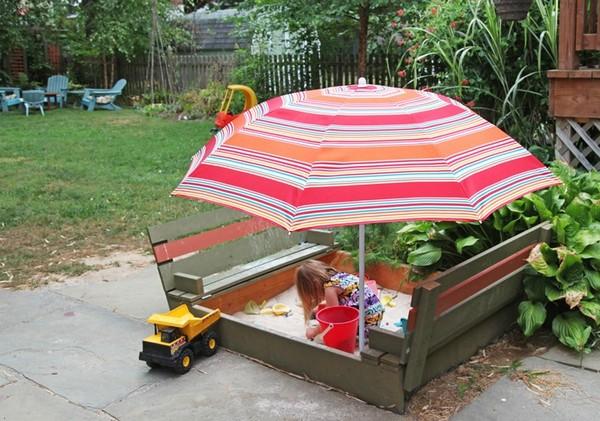 Песочница с крышками-лавочками и зонтом
